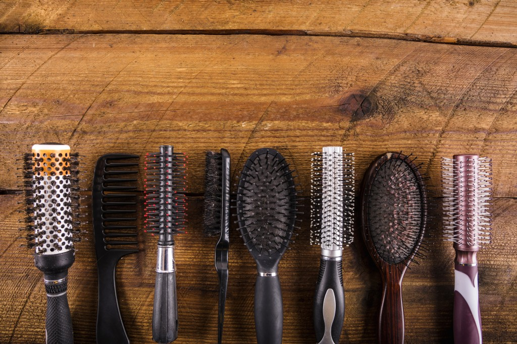 Como limpar suas escovas de cabelo